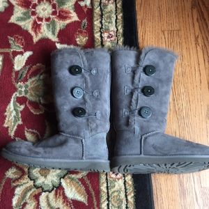 Bailey Button Triplet Boots Suede Ugg  7 Grey